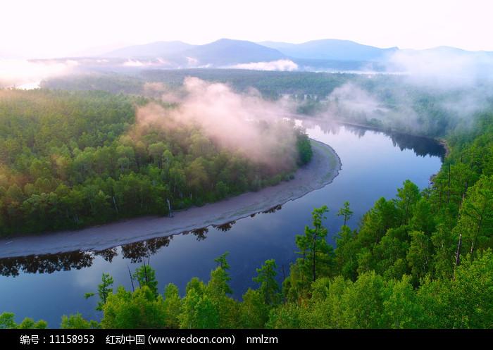 激流河河湾晨雾朝阳图片