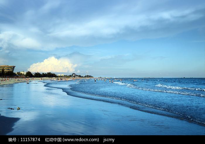 蓝天白云下的北海银滩图片