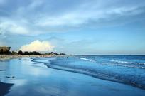 蓝天白云下的北海银滩