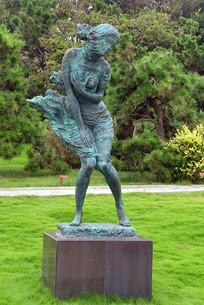 海风中的少女雕塑