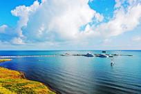 蓝天白云下青海湖