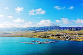 青海湖码头与远山