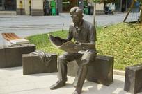 长沙城市雕塑-看报的青年