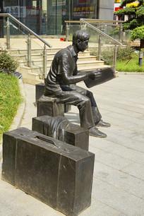 旅途中看报的青年雕塑