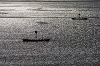 阳光照射下的长江三峡河面