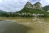 三峡江边人家