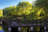 朝阳下的观湖长廊