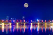 桥上升起十五的月亮