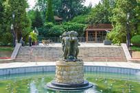 沈阳中山公园景观池中的儿童群雕