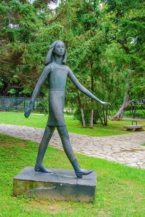 沈阳中山公园年轻女人步行雕像