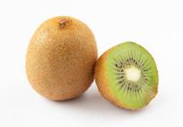 一个猕猴桃和绿色的切面