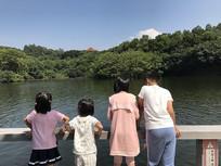 湖边的儿童