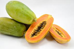 完整的木瓜和切开的木瓜图