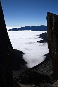 巴郎山之巅峭壁间的云海和远山