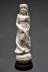 拿着小提琴的女孩象牙雕塑