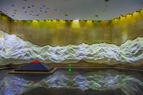 博物馆展厅与金字塔形铜铸卧碑