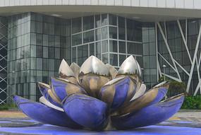 蓝色荷花雕塑