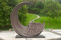 少年和弯弯的月亮雕塑