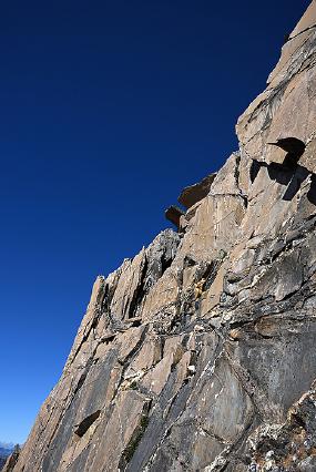 巴郎山陡峭风化的岩体和远山
