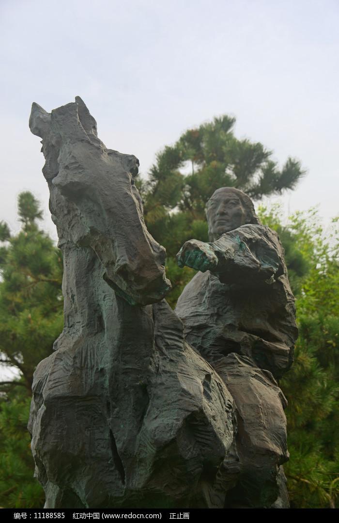 草原蒙古族青年和骏马雕塑图片
