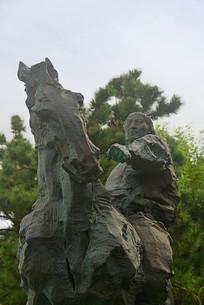 草原蒙古族青年和骏马雕塑