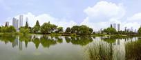 长沙橘子洲池塘的城市倒影全景