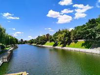 蓝天下的护城河风光