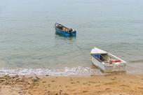 海岸沙滩和小木船