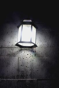 墙上一展白灯