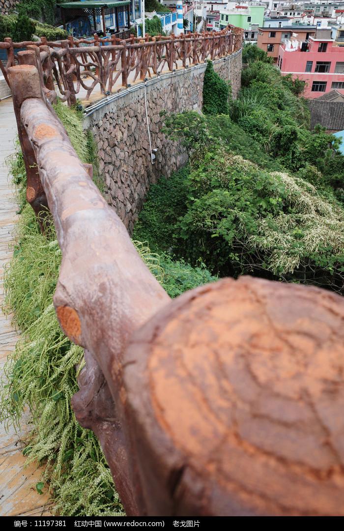 悬崖步道木栏杆图片