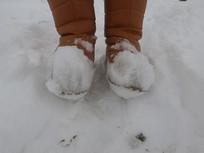 粘满积雪的鞋子