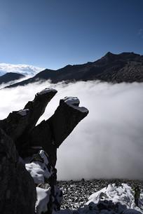 云海背景的雪山奇石