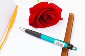 日记本和玫瑰花