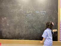女孩擦黑板