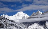 二层山观看云雾环绕的贡嘎及其卫峰