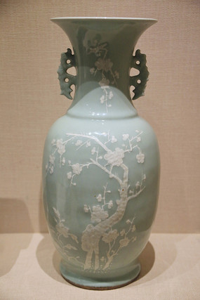 清代乾隆豆青花卉紋瓷瓶