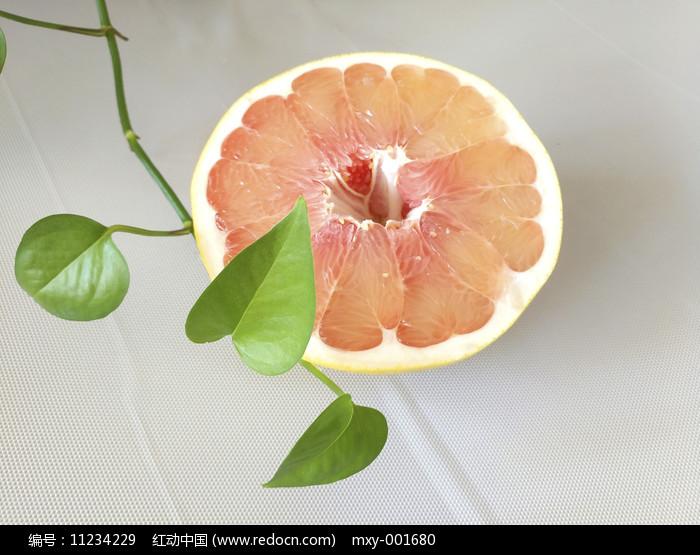 绿叶一半红心柚图片