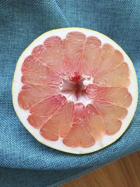 切开红心柚