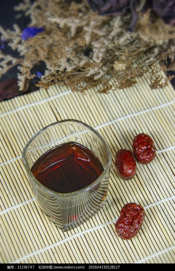 玻璃杯里的红枣茶图片