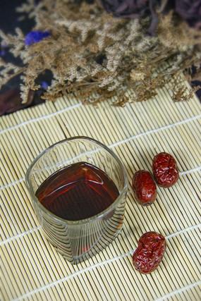 玻璃杯里的红枣茶
