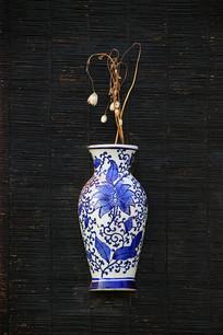青花瓷壁瓶插花