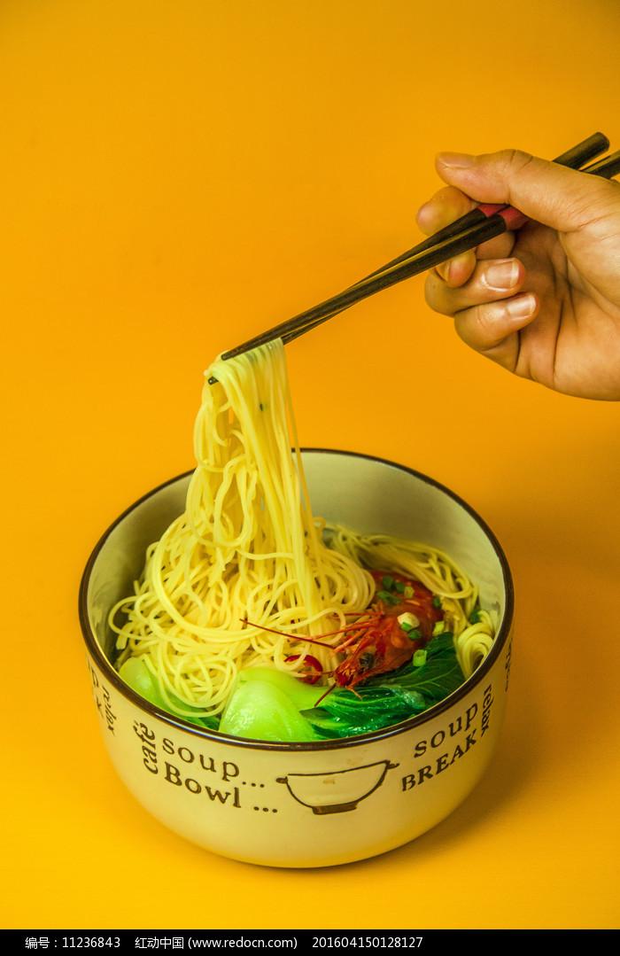 香菇海鲜面拍摄-筷子夹面图片