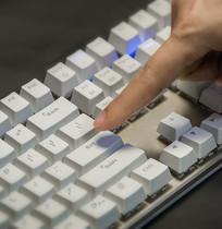 摁键盘的手指