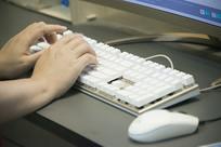 白色键盘上的双手