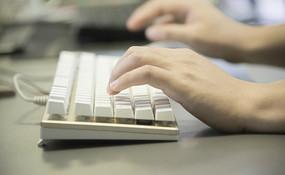 正在敲键盘的手