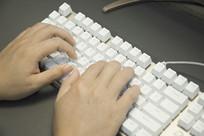 敲键盘的手特写