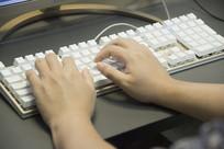 敲击键盘的手