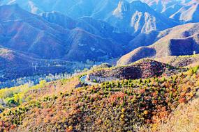 山谷与彩色的山峰