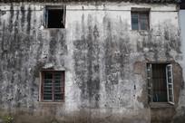 一面灰墙四扇窗
