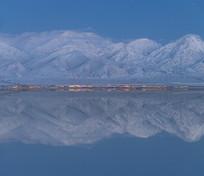 雪山盐湖风光